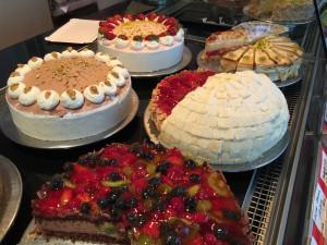 Eine umfangreiche Auswahl feiner Kuchen und Torten bei Café Kuhn